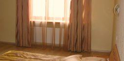 smuki aizkari guļamistabā