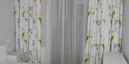 guļamistabas aizkari ar ziediem