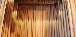 Upesleju pamatskolas skatuves aizkaru drapērijas, kulises un volāni atvērtā veidā