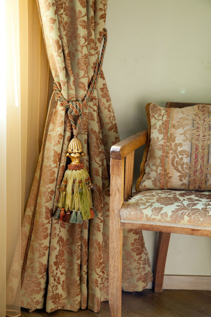 Decorative tassels for curtain holds