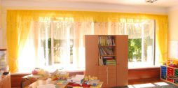 dzelteni bērnudārzu aizkari