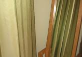 Tafta aizkari spoguļojas guļamistabā