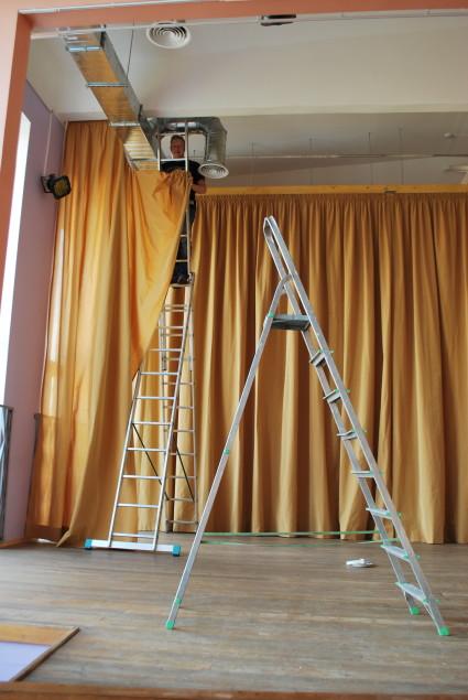 skatuves aizkaru piekāršana