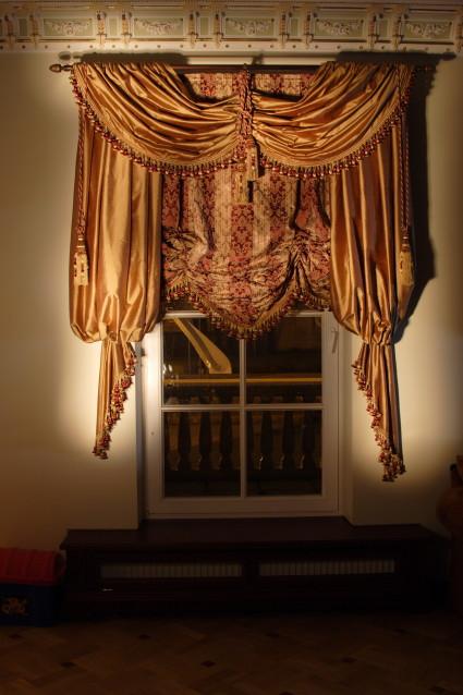 austriešu žalūzijas ar dekoratīvo lambrekenu