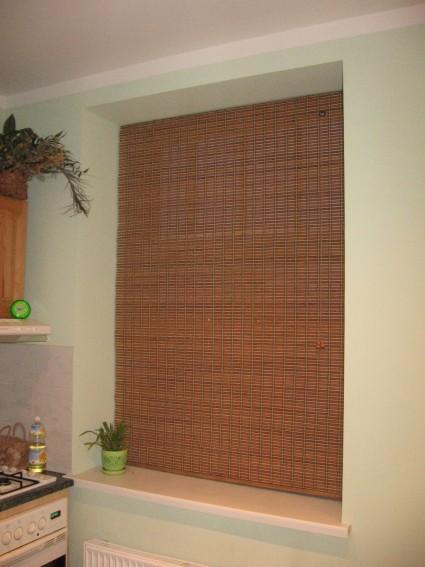 bambusa žalūzijas virtuves logā