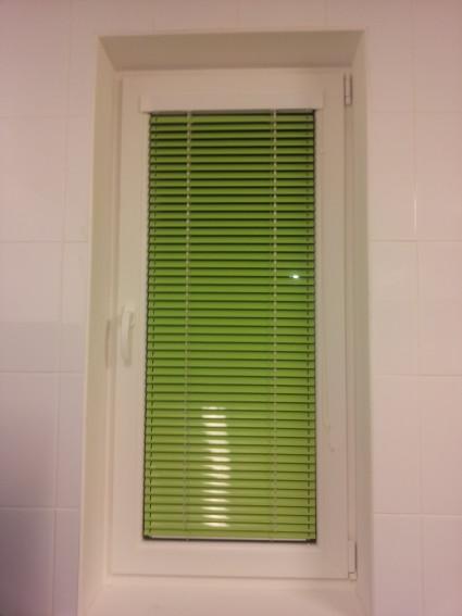 zaļas horizontālās žalūzijas pakešu logiem
