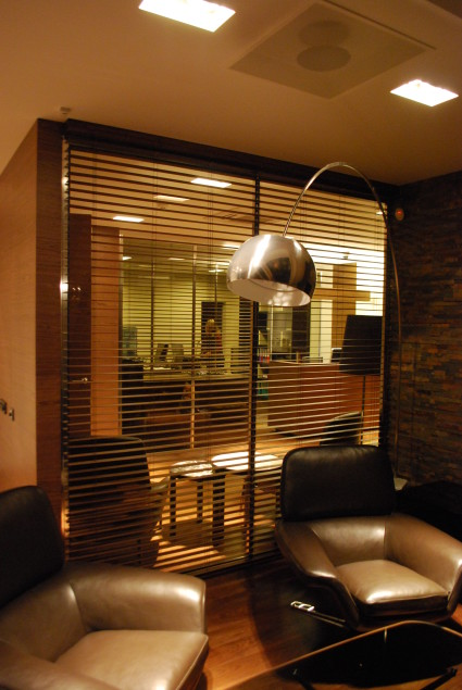 horizontālās koka žalūzijas biroja telpās