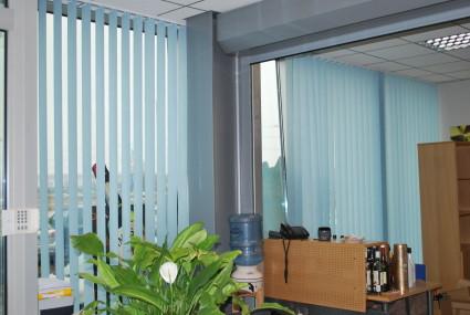 zilas vertikālās žalūzijas birojā