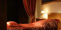 sarkani aizkari gultas pārklajs spilveni