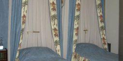 zili gultu baldahīni