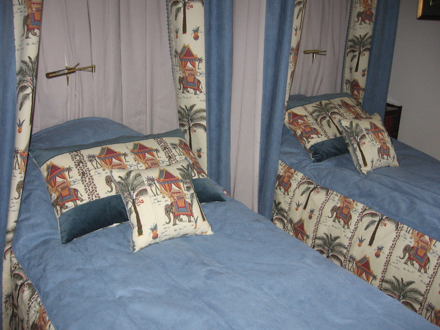 dekorativie-spilveni pieskanoti gultas parklajiem un baldahiniem
