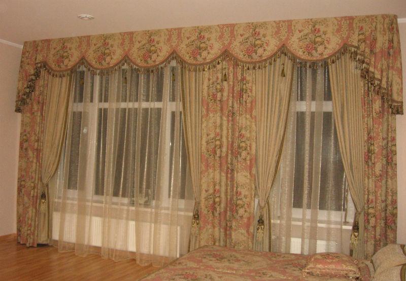 klasiski aizkari guļamistabai
